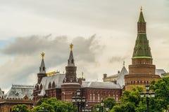 De torens van hoekarsenalnaya in Moskou het Kremlin op Rood Vierkant De bouw van Historisch museum, Manezhnaya-vierkant stock afbeeldingen