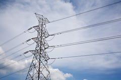 De torens van de hoogspanningstransmissie aan zich stock foto's