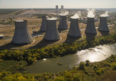 De torens van kernenergie planten luchtmening royalty-vrije stock afbeelding