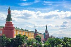 De torens van Moskou het Kremlin en Alexander Garden, luchtpanorama stock afbeelding