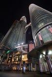 De torens van Petronas bij nacht Royalty-vrije Stock Fotografie