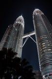 De torens van Petronas bij nacht Stock Afbeeldingen