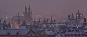 De torens van Praag na zonsondergang in de winter Stock Afbeelding