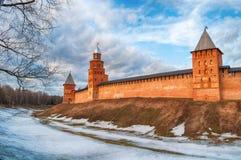 De torens van Velikynovgorod het Kremlin in vroege de lenteavond in Veliky Novgorod, Rusland, panorama stock afbeeldingen
