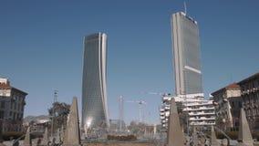 De torens, de wolkenkrabbers en de fontein van Milan City Life stock video