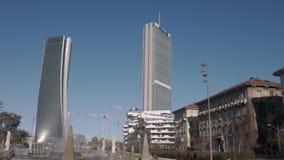 De torens, de wolkenkrabbers, de mensen en de fontein van Milan City Life stock video