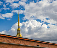 De torenspits van de Peter en van Paul kathedraal onder de weelderige wolken Royalty-vrije Stock Afbeeldingen