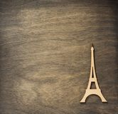 De torenstuk speelgoed van Eiffel aan triplex achtergrondoppervlakte royalty-vrije stock foto
