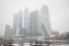De torenswolkenkrabbers van de Stad van Moskou sluiten omhoog mist stock foto