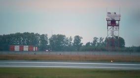 De torenvliegtuig van de silhouetradar stock video