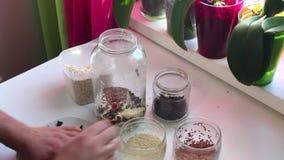 De torkade manblandningarna i glass krus- frukt, havre flagar för att få mysli lager videofilmer