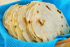 De Tortilla's van het graan, die in een Mand worden gestapeld Stock Foto's