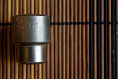 De Torxcontactdoos voor moersleutel op houten achtergrond, de grootte van moersleutelcontactdozen is 18 Stock Afbeelding