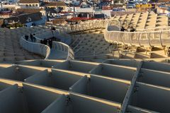 De touristes appréciant un coucher du soleil des soies de las en Séville photos stock