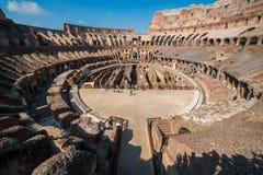 De touristes ? l'int?rieur de Rome Colosseum Italie image libre de droits