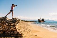 De touristes prenez la photo sur le bord de mer de plage Photographie stock
