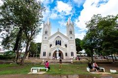 De touristes qui visitent la cathédrale de conception impeccable à la ville de Puerto Princesa, Palawan, Philippines, le 23 novem photographie stock