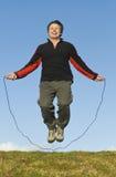 De touwtjespringen van de mens. Stock Foto