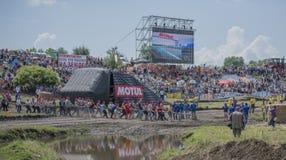 De touwtrekwedstrijd met de mensen van de tractor op Bizon-Spoor toont Stock Fotografie