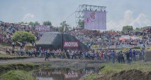 De touwtrekwedstrijd met de mensen van de tractor op Bizon-Spoor toont Royalty-vrije Stock Foto