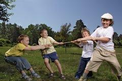 De touwtrekwedstrijd van het kind Stock Foto