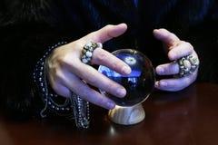 De tovenaar overhandigt transparante kristallen bol fortuin-vertelt voor toekomst royalty-vrije stock foto