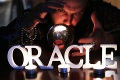 De tovenaar overhandigt transparante kristallen bol fortuin-vertelt voor toekomst royalty-vrije stock afbeelding