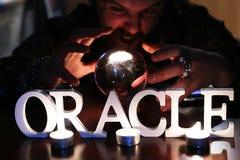 De tovenaar overhandigt transparante kristallen bol fortuin-vertelt voor toekomst stock fotografie