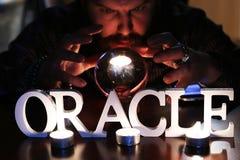 De tovenaar overhandigt transparante kristallen bol fortuin-vertelt voor toekomst stock foto