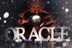 De tovenaar overhandigt transparante kristallen bol fortuin-vertelt voor toekomst royalty-vrije stock foto's