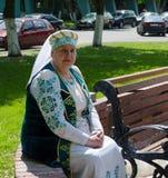 De Tovenaars van de Gomelstad Rijpe vrouw in nationaal kostuum Stock Foto's