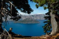 De Tovenaarseiland van het kratermeer Stock Foto's