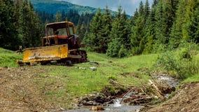 De tractor bevindt zich in de bergen dichtbij de stroom Mooie de zomerdag in de bergen Dagelijks timelapse stock video