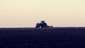 De tractor die het gebied cultiveren stock video