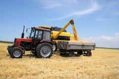 De tractor en combineert stock afbeelding
