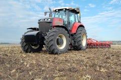De tractor maakt bebouwing stock fotografie
