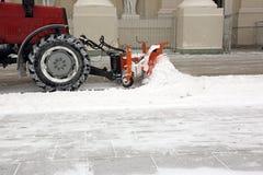 De tractor maakt de sneeuw schoon Stock Afbeelding