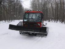 De tractor maakt ski-spoor Stock Afbeeldingen