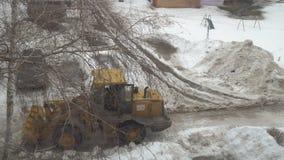 De tractor maakt de sneeuw schoon stock video