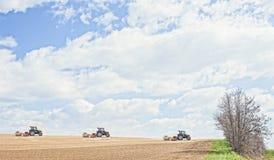 De tractor perst de grond na het planten met rollen samen Royalty-vrije Stock Afbeelding