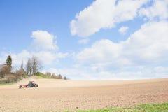 De tractor perst de grond na het planten met rollen samen Royalty-vrije Stock Foto