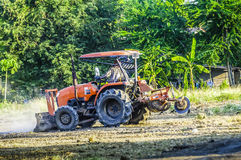 De tractor ploegt om het gebied voetbal gebied en het parkeren aan te passen Abstract onduidelijk beeld Royalty-vrije Stock Afbeelding