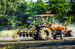 De tractor ploegt om het gebied voetbal gebied en het parkeren aan te passen Abstract onduidelijk beeld Royalty-vrije Stock Foto's