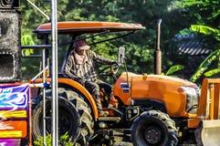De tractor ploegt om het gebied voetbal gebied en het parkeren aan te passen Abstract onduidelijk beeld Stock Afbeelding