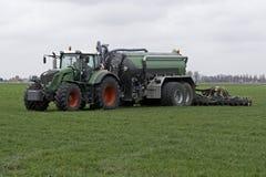 De tractor spuit vloeibare mest op een gebied in Royalty-vrije Stock Foto