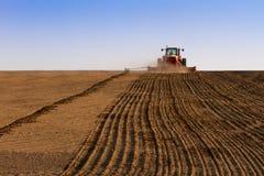De tractor van de landbouw het zaaien zaden Stock Afbeeldingen