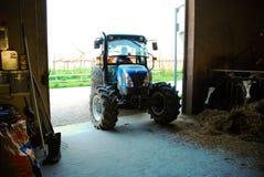 De tractor van het landbouwbedrijf op plattelandsgebied Royalty-vrije Stock Foto