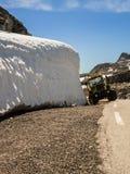 De tractor van het Rrecreationalvoertuig in Noorse bergen stock afbeeldingen