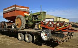 De tractor van John Deere 2010 op een flatbed vrachtwagen Royalty-vrije Stock Afbeelding