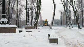 De Tractor van de sneeuwploeg maakt Sneeuw in de Stad schoon stock videobeelden